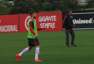 Roth comanda treino do Inter (Foto: Tomás Hammes)