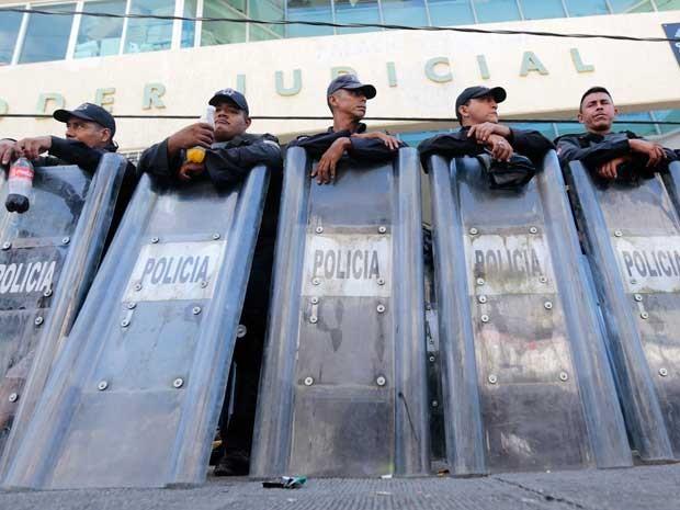 Policiais guardam prédios federais no México. (Foto: Pedro Pardo / AFP Photo)