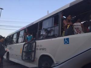 Menores estavam em ônibus com janelas quebradas (Foto: Ricardo Abreu / Arquivo pessoal)