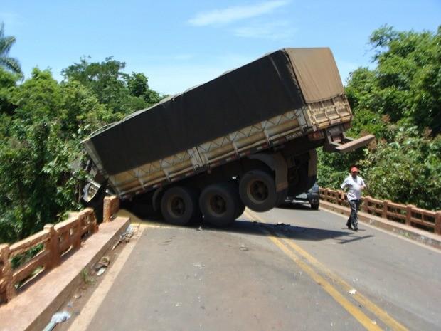 Homem morre carbonizado após caminhão cair de ponte e pegar fogo em Nobres; chuva pode ter contribuído para ocasionar o acidente