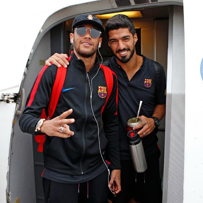 BLOG: Sorridente, Neymar chega a Washington com o Barça e recebe carinho dos fãs
