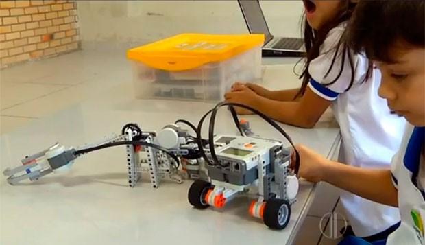 Alunos são estimulados a desenvolver robôs de forma que eles ajudem na resolução de problemas em sala de aula (Foto: Reprodução/Inter TV Cabugi)