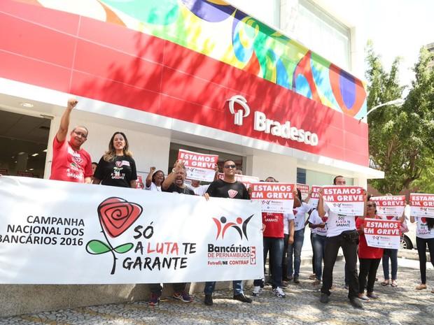 Grevistas se concentraram em frente a uma agência bancária em Boa Viagem, Zona Sul do Recife (Foto: Fabiano Moura/Sindicato dos Bancários de Pernambuco)