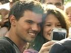 Ator de 'Crepúsculo' sai do hotel para falar com fãs e causa histeria no Rio