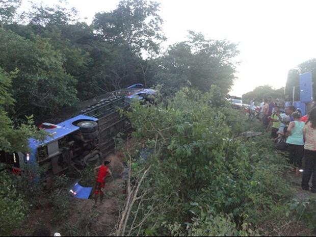 Ônibus chegou a tombar e sair da pista após a colisão (Foto: Jota Oliveira/Portal Jorrante)