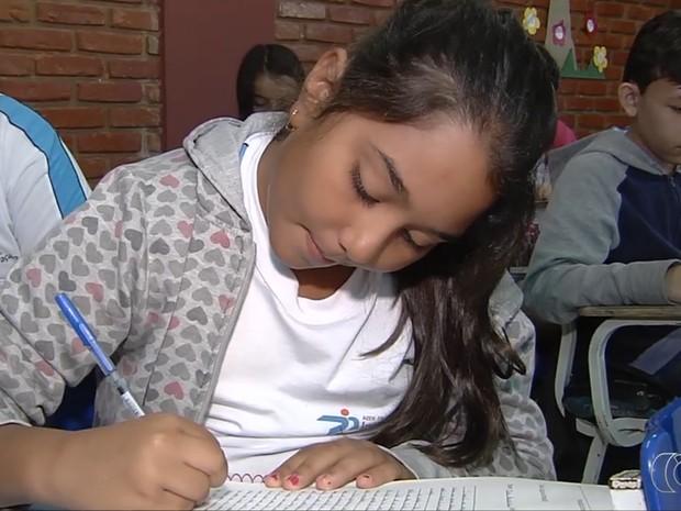 Alunos escrevem redações para participar do Concurso Cultural Jornalista Mirim, em Goiás (Foto: Reprodução/ TV Anhanguera)