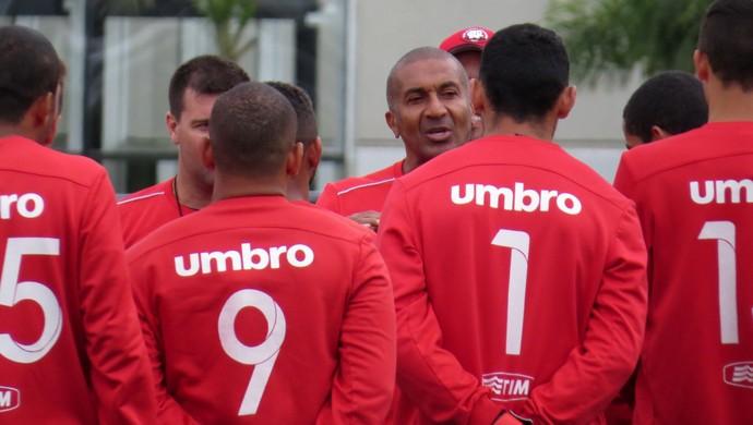 Técnico Cristóvão Borges conversa com Atlético-PR (Foto: Fernando Freire)