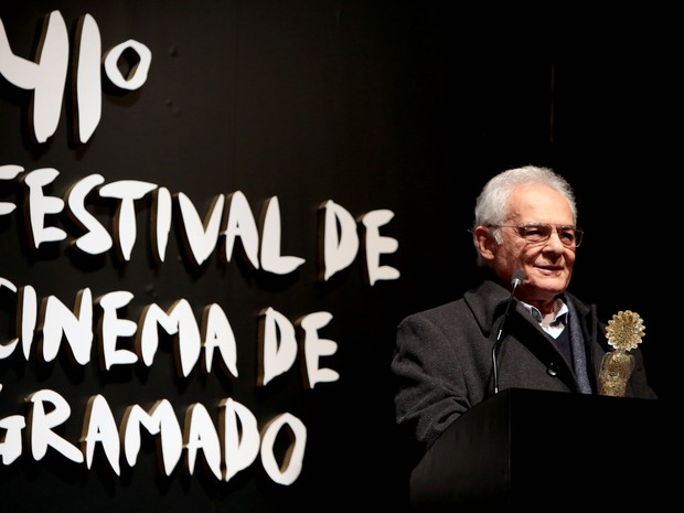 Othon Bastos discursa após receber o Kikito de Cristal em Gramado (Foto: Edison Vara/PressPhoto)