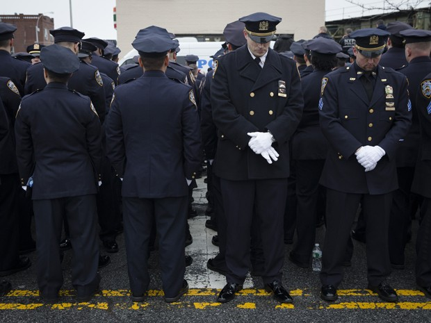 Policiais viram as costas ao prefeito de Nova York, Bill de Blasio, durante funeral do agente Wnjian Liu, no domingo (4) (Foto: AP Photo/John Minchillo)