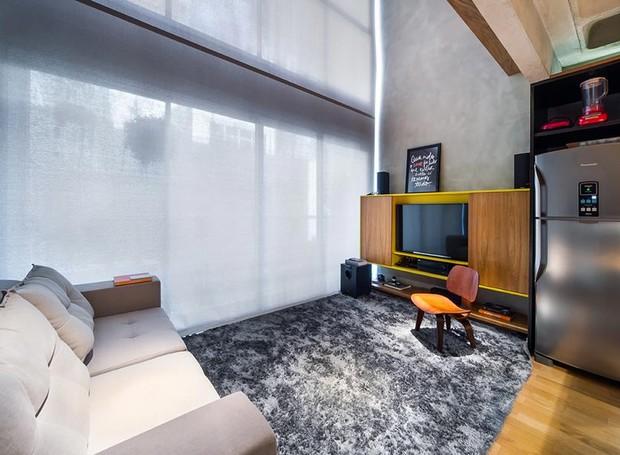sala-de-tv-tapete-rack-cortina-sofa-geladeira (Foto: Divulgação)
