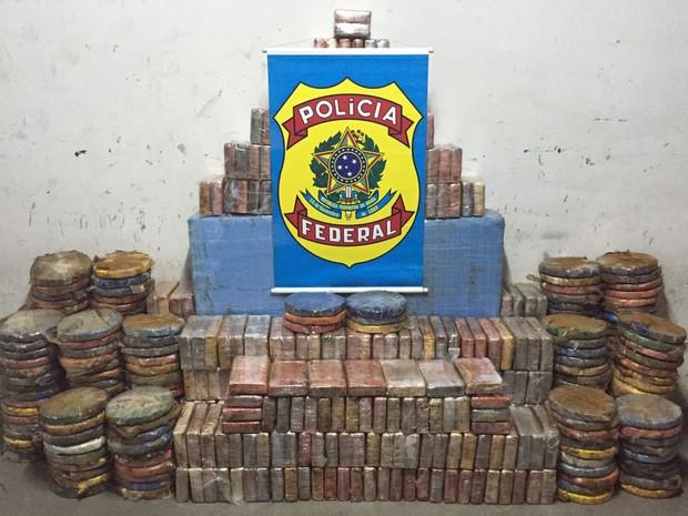 Droga foi achada em caminhão e galpão em Lauro de Freitas (Foto: Divulgação/ Polícia Federal)
