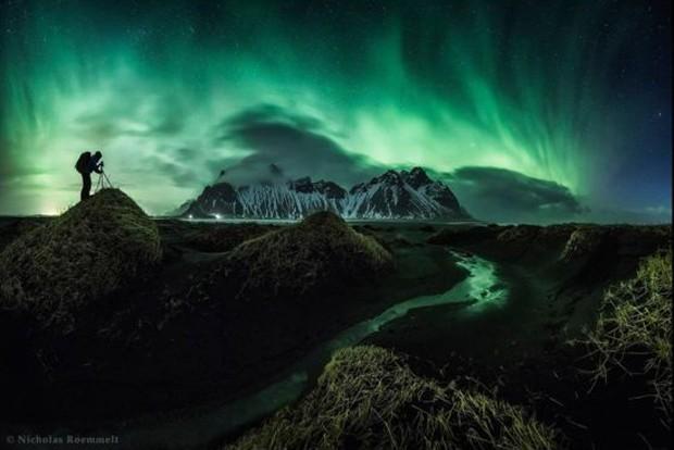 """""""O concurso estimula fotógrafos com imaginação a levar suas câmeras ao limite técnico para produzir imagens que pareçam naturais e sejam esteticamente agradáveis"""", disse David Malin, do painel de jurados. A foto acima é de Nicholas Roemmelt, segundo colocado na categoria beleza: uma aurora boreal capturada em março de 2015 em Stockiness, na Islândia. (Foto:  Nicholas Roemmelt)"""