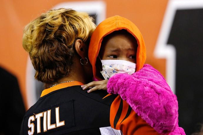 homenagem Cleveland Browns e Cincinatti Bengals para a filha do jogador Devon Still, Leah Still (Foto: Reuters)