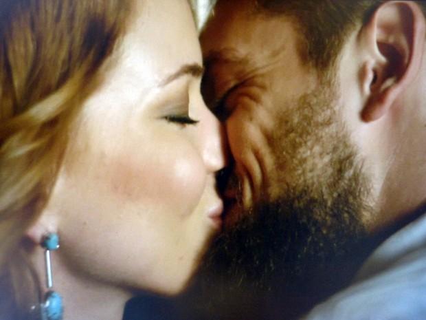 O casal não resiste a paixão (Foto: Gshow)