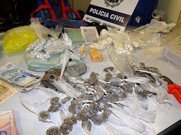 Drogas são apreendidas com suspeitos de tráfico em Brumado (Foto: Daniel Simurro/ 97 News )