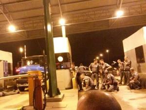 Aproximadamente 50 policiais cercam a praça de pedágio de Agudos (Foto: Sandra Fonseca / TV TEM)