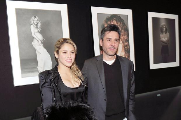 Shakira posa com o fotógrafo Jaume de Laiguana em exposição em Barcelona, na Espanha (Foto: Grosby Group/ Agência)