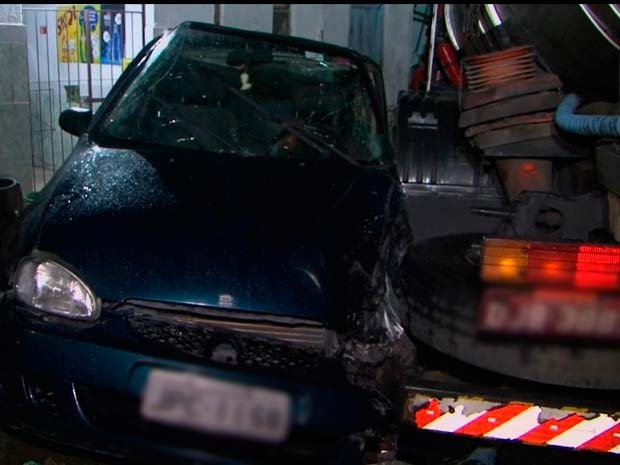 Carro atingido por caminhão em acidente na cidade de Feira de Santana  (Foto: Imagens/ TV Subaé)