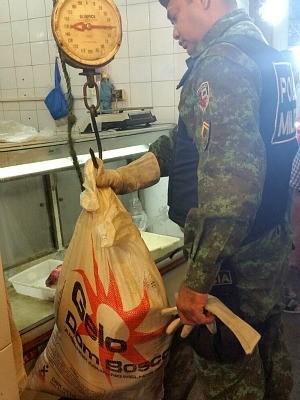 Um comerciante fugiu ao perceber chegada polícia (Foto: Divulgação/CPAmb)