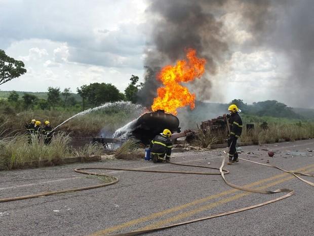 Bombeiros precisaram de quase quatro horas para controlar as chamas (Foto: Divulgação/Corpo de Bombeiros)