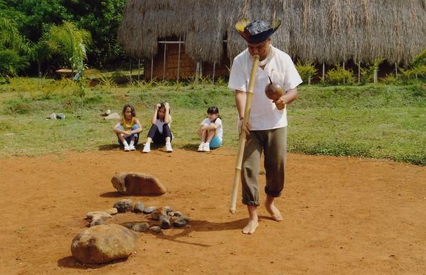 Kaká Werá faz apresentação de dança em Itapecerica da Serra. Mais de 2.000 jovens aprendem a viver como índios ali, todo ano (Foto: Arquivo pessoal)