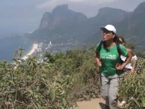 Ana Lima na trilha do Dois Irmãos (Foto: Reprodução / G1)