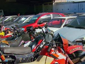Leilão de veículos e bens acontece em duas cidades da região. (Foto: Reprodução EPTV)