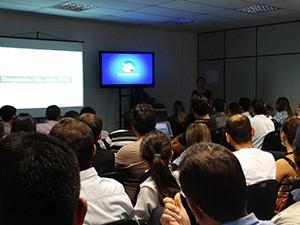 Funcionários da emissora se reuniram para conhecer a campanha (Foto: Divulgação/ TV Asa Branca)