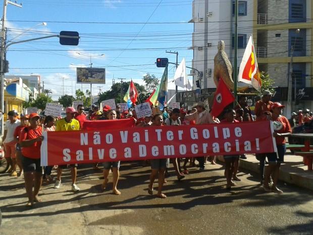 Grupo realizou manifestação a favor da presidente Dima Roussef em Sousa, na Paraíba (Foto: Felipe Valentim/TV Paraíba)