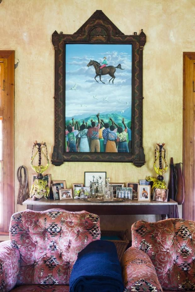 O quadro na sala é um dos preferidos de Fée. Ele representa a relação mútua de carinho e admiração que ela tem com seus artistas (Foto: Lufe Gomes / Editora Globo)