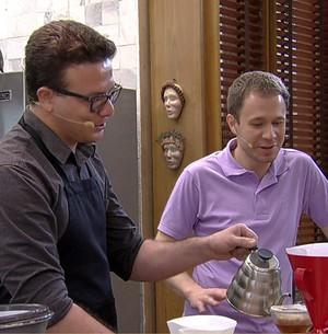 Tiago Leifert aprende o café perfeito com o barista Emerson Bezerra (Foto: TV Globo)