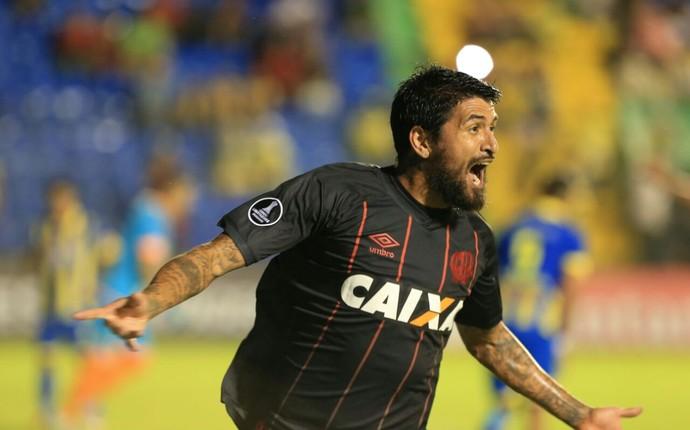 Atlético-PR Deportivo Capiatá Lucho González (Foto: Daniel Castellano/Gazeta do Povo)