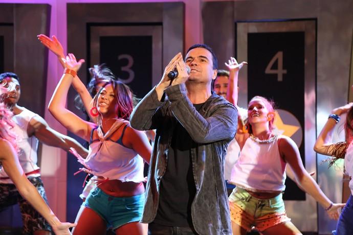 Ricardo Chaves anima público com hit do carnaval (Foto: Carol Caminha / Gshow)