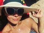 Viviane Araújo mostra barriga sarada e marquinha em dia de praia em Búzios