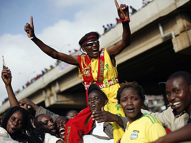 Apoiadores de Kenyatta já tomam as ruas de Nairóbi neste sábado para comemorar vitória (Foto: Jerome Delay/AP)