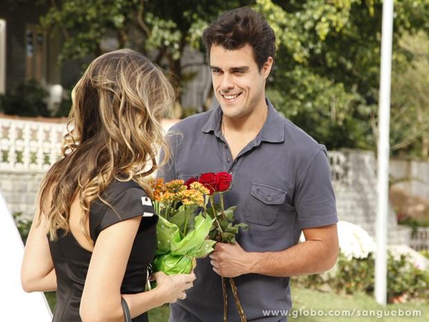 Lucindo entra na onda de Gládis e pede Tina em casamento (Foto: Sangue Bom / TV Globo)