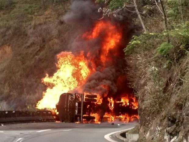 Caminhão explode no trecho da Serra das Araras da Dutra, em Piraí (Foto: Fábio Rondinelli/Arquivo pessoal)