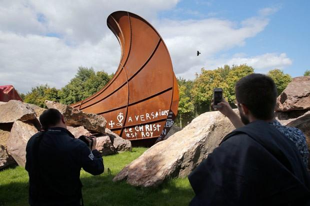 Artista quer manter pichações como parte da própria obra (Foto: Christophe Ena/AP)