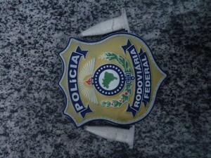 Caminhoneiro tentou jogar droga fora, mas foi flagrado pelos agentes da PRF (Foto: Divulgação/PRF-TO)