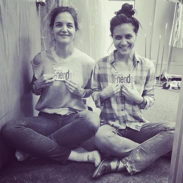 Katie Holmes posa ostentando anel junto com amiga (Foto: Reprodução/Instagram)