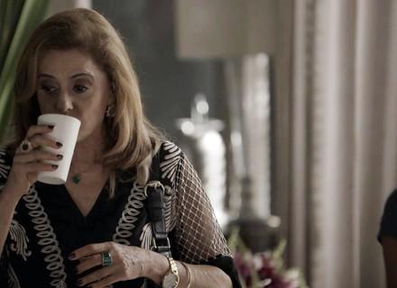 Sophia toma suco 'batizado' na casa de Clara