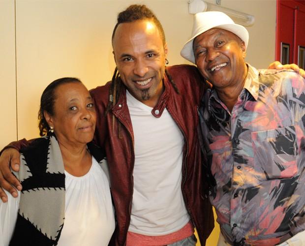 O participante Junior Meirelles e seus pais nos bastidores do The Voice Brasil (Foto: The Voice Brasil / Rede Globo)