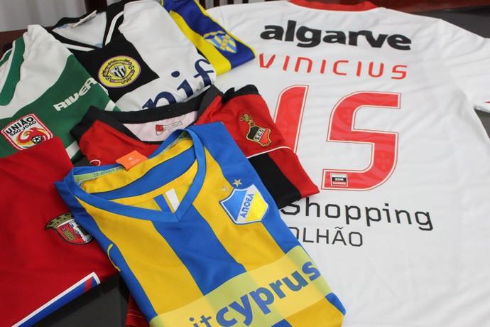 Camisas clubes Vinícius Apoel Chipre Champions (Foto: Hélder Rafael)
