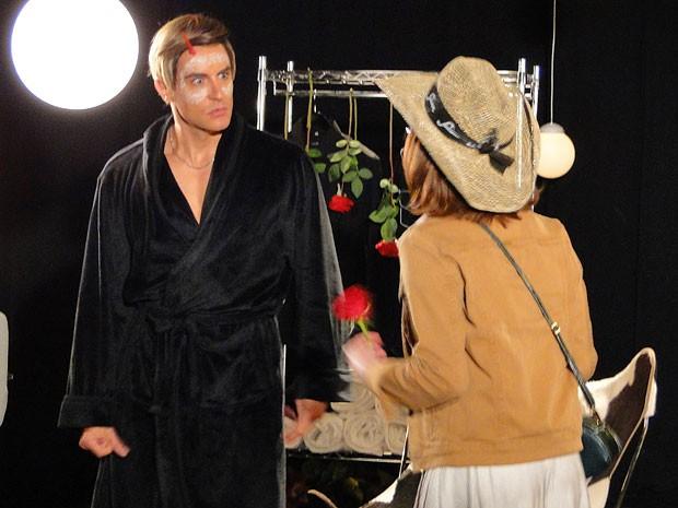 No passado, Dália invadiu o camarim do Fabian e pegou o cantor em maus lençois (Foto: Cheias de Charme / TV Globo)