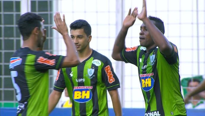 Jogadores do América-MG comemoram gol de Obina (Foto: Reprodução/Premiere FC)