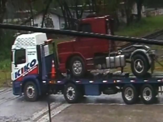 Caminhão estava cruzando a via férrea e acabou parando no meio do caminho (Foto: G1)
