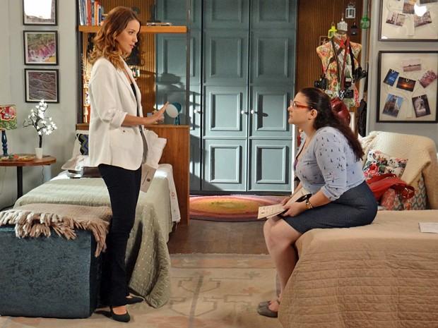 A jornalista promete descobrir se Tina é a sua mãe biológica (Foto: Gabriela Freitas / Gshow)