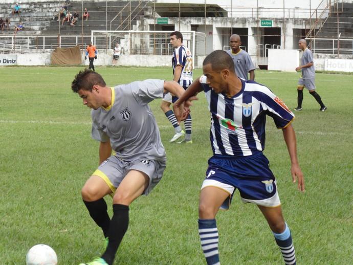 Atacante Douglas Morais enfrentando a marcação do adversário (Foto: Breno Mendes / Assessoria do Social)