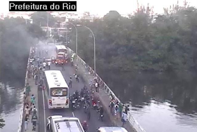 Ponte é interditada na Barra devido a um incêndio em um ônibus na manhã desta sexta-feira (3). (Foto: Reprodução / CET-Rio)
