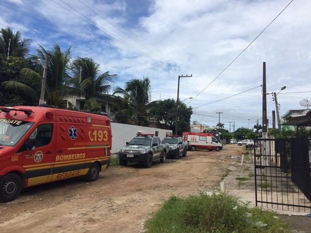 Rua da Iputinga, Zona Oeste do Recife, está interditada há mais de 24 horas, enquanto a PM negocia para corretor se render (Foto: Thays Estarque/G1)
